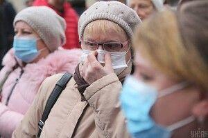 І на вулиці, і навіть у під'їзді маєте носити захисну маску