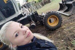 Тендітна танцюристка Ілона Карпачова наекскаваторі розміновує Схід України