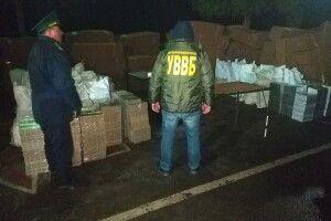 На Волині прикордонники знайшли у днищі фури 41 тисячу пачок контрабандних сигарет (відео)