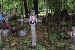 Росія: поліція затримала трьох активістів за портрет Путіна на цвинтарі