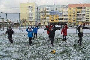 На Софії Ковалевської малеча влаштувала колективний сеанс ранкової гімнастики на снігу (фото)