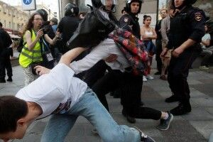 Під час сьогоднішніх акцій протесту в Москві у автозаки «пакували» навіть журналістів