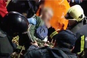 Врятували хлопчика, який повис на прутах сталевого паркана (Відео)