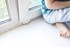 У Польщі 5-річна дівчинка з України випала з вікна багатоповерхівки