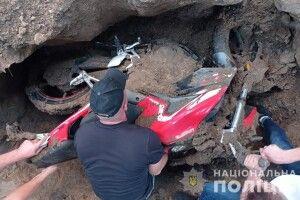 Дядько вкрав у сусіда мотоцикл і закопав його в себе на городі