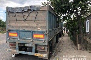У Миколаєві в перевантаженого КамАЗа-зерновоза відлетіло колесо і завдало моторошних травм 81-річному пенсіонеру