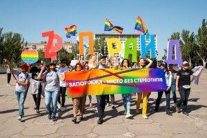 У місті в Україні провели перший ЛГБТ-прайд, в учасників кидали яйцями