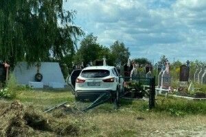 За кермом легковика, який в'їхав на могилки, була дружина волинського лісівника, – адвокат (Відео)