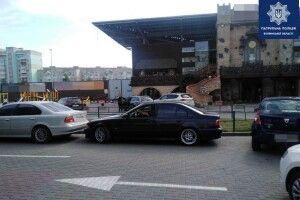 У Луцьку водій BMW викликав патрульних, бо його авто «запаркували»