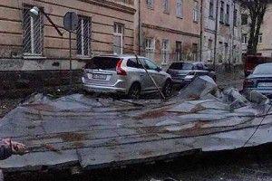 У Львові вітер зірвав дах з багатоповерхівки