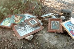 Ікони стерплять, а люди –ні: волинянка на звалищі сміття помітила образи
