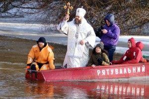 Як сьогодні владика Михаїл човном плавав! (Фоторепортаж)