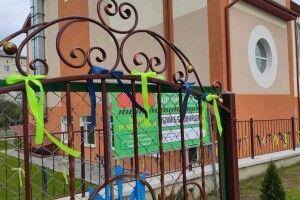 У школі на Волині перед приїздом Зеленського косять траву і фарбують бордюри