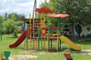 У Любешові спорудили новий дитячий майданчик