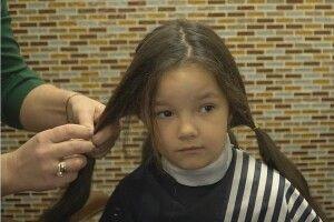 Маленька дівчинка відрізала коси, щоб допомогти онкохворому хлопчику (Фото, відео)