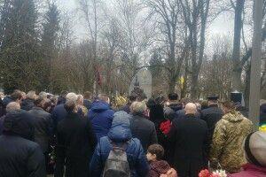 Близько тисячі лучан прийшли на могилу до Василя Мойсея віддати данину Героям Небесної сотні  (Фото)