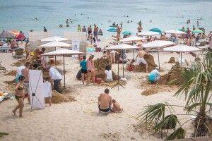 Просто посеред білого дня іноземець влаштував на людному пляжі стрілянину по порожніх бляшанках