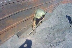На Волині контрабандні цигарки закопали у вагоні з рудою