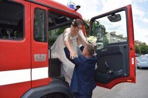 Рівненський рятувальник повіз наречену до РАЦСу на пожежній автоцистерні, а вона... облила його водою (фото)