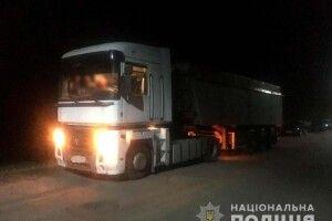У Хмелівці троє рівненських розбійників відібрали у фермера дві вантажівки із соєю (фото, відео)