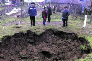 «Можемо прокинутися в колодязі»: село на Івано-Франківщині провалюється під землю
