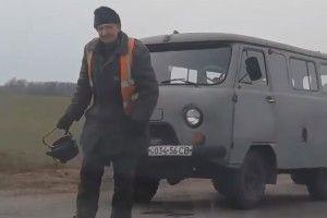 В Україні освоїли проривну інноваційну технологію – ремонт дороги за допомогою чайника (відео)