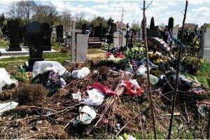 Подумайте про живих: священник з Волині показав цвинтар з іншого боку (Фото)