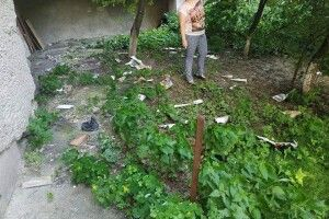 У Луцьку чоловік викидає сміття через вікно квартири