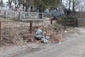Під кладовищами утворилися стихійні звалища