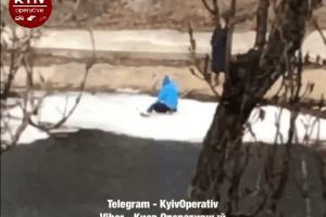 «Мама року»: жінка дозволила дитині кататися накрижині