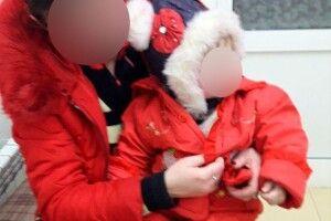 У Луцьку п'яна матір залишила дитину у візочку посеред вулиці