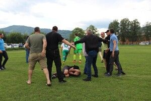 На Закарпатті вболівальники прямісінько на футбольному полі віддухопелили арбітра (фото)