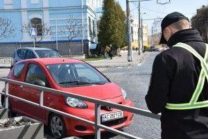 У Луцьку оштрафували даму на маленькій червоній автівці (фото)