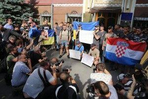 Під посольством Хорватії в Києві пройшла акція на підтримку Домагоя Віди та Огнена Вукоєвича