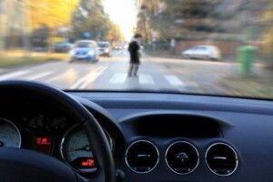 Патрульний автомобіль на пішохідному переході збив жінку з трирічним хлопчиком