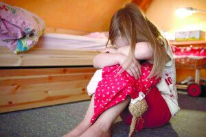 Поки мама була назаробітках, дитина страждала від наруги