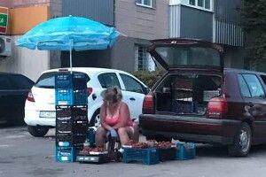Луцькі «муніципали» заходилися ганяти продавчинь трускавок (фото)