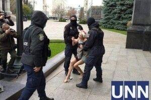 Оголена активістка вилізла на кулю перед Офісом президента і вигукувала «Геть насильство» (Фото 18+)