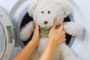 «Забруднилось ведмежатко— вплямах вушко, щічки, лапки…». Як прати іграшти