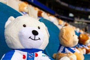На матчі чемпіонату Нідерландів місця на трибунах зайняли 15 тисяч плюшевих ведмедів (Фото)