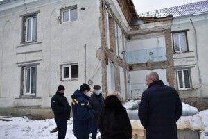 Стіну Горохівського психоневрологічного інтернату, яка завалилась,  наразі не добудовують через негоду