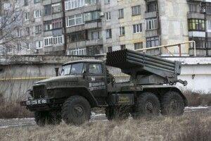 Бойовики на Донбасі продовжують розміщувати важке озброєння поблизу житлових будинків