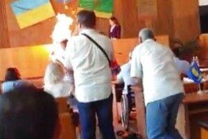 Підприємець підпалив себе на сесії міськради (Відео)