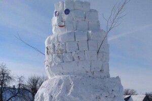 Волинянин в мороз «змурував» з блоків п'ятиметрового сніговика (Фото)