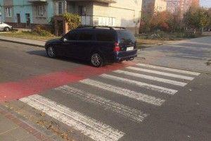 Луцькі «муніципали» назвали «молодчиком-горобчиком» зухвалого «дятла», який припаркувався прямісінько на пішохідному переході
