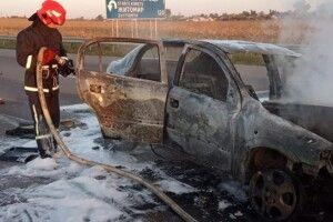 На Рівненщині посеред траси вщент згорів легковик