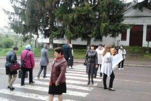 На Житомирщині вчителі перекрили «варшавку»: не бачили зарплату ще з липня місяця... (відео)