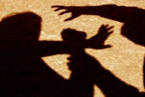 Билися ногами й тягали один одного за волосся: біля школи жорстоко побилися дівчата (Відео)