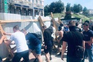 Активісти знесли паркан на Інститутській
