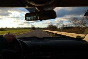Напівоголена дівчина розгулювала узбіччям дороги (Фото 18+)